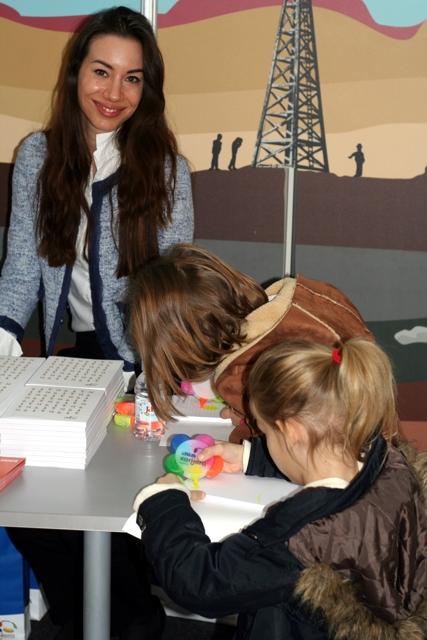 Djeca slušaju o zanimanju istraživača u naftnoj industriji