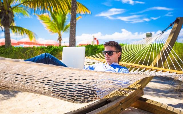 REZULTATI ISTRAŽIVANJA: Godišnji u Hrvatskoj – većina ima zakonski minimum godišnjeg odmora i nezadovoljna je brojem dana, prečesto se čuje s poslodavcem i teško se distancira od posla