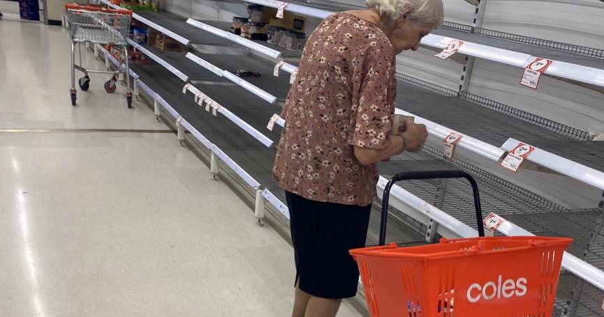 Internetom kruži prizor koji slama srce: Nakon što su je u dućanu dočekale prazne police, ova je baka otišla u suzama