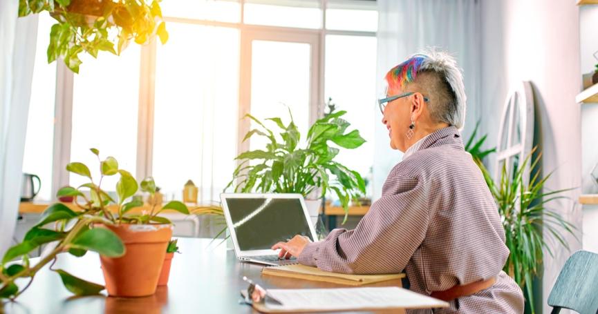 Dokazano: Držanje malih biljaka na stolu u uredu znatno smanjuje stres!
