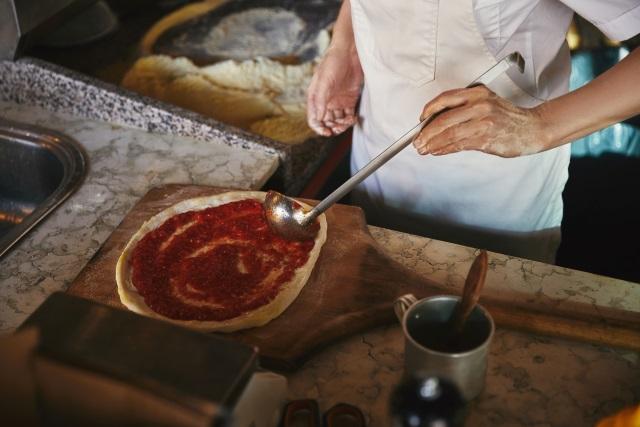 Siguran posao, dobra primanja! Na Oglasniku potraga za kuharima, kozmetičarima, pizza majstorima i drugim radnicima