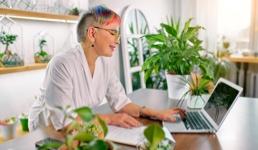 Dokazano: Držanje malih biljaka na stolu smanjuje stres!