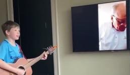 Video djeda i unuka u samoizolaciji koji pjevaju jedno drugome postao viralni hit