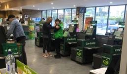 """Fotografija prodavačice koja plače obišla je internet: """"Kupci ih maltretiraju"""""""