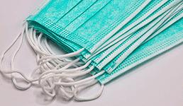 Trgovački lanac dijeli besplatne zaštitne maske na ulazu kupcima koji ih nemaju