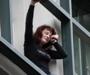 VIDEO: Grkinja pokušala skočiti sa zgrade zbog gubitka posla